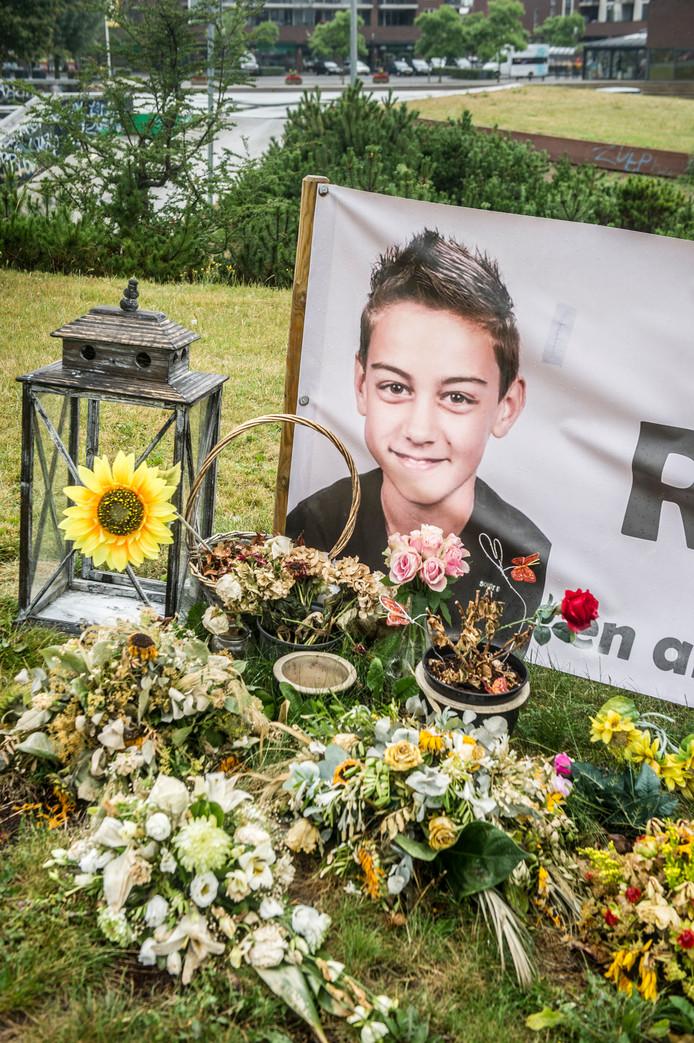 De skatebaan in de Zutphense woonwijk Leesten was de favoriete plek van Rowen Bats van 12, die met zijn Helmondse moeder Jennifer en haar vriend onderweg was naar een vakantiebestemming was op Bali. Zijn vriendjes herdenken hem op de plek waar ze zo veel lol met hem hadden.