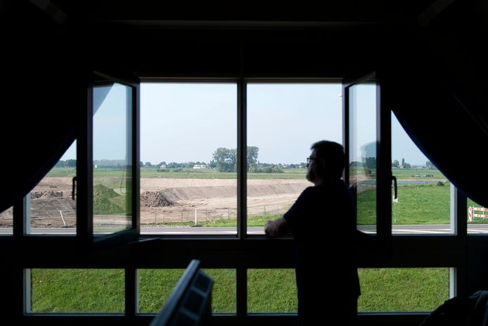 Het uitzicht vanuit de bovenste verdieping in het huis van Ruud Beumer. Het huis is speciaal gebouwd voor het zicht op de IJssel, maar de rivier ziet hij niet.
