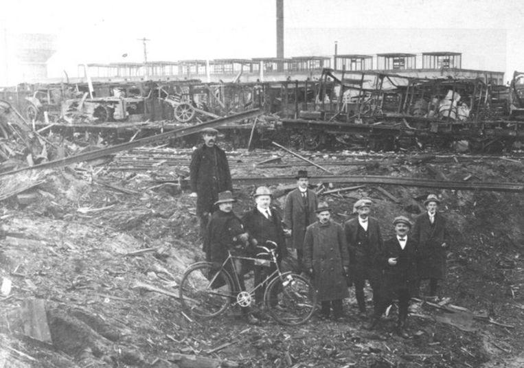 Mensen poseren vlak na de treinontploffing bij de ravage.