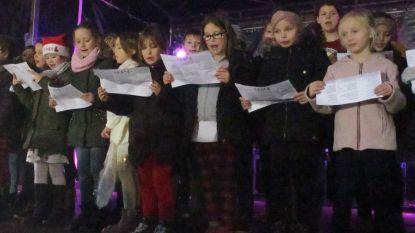 Kinderen zingen tijdens Gijmelse kerstmarkt