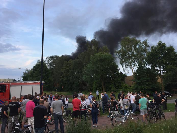 Veel publiek bij de brand. Foto: Pim Velthuizen