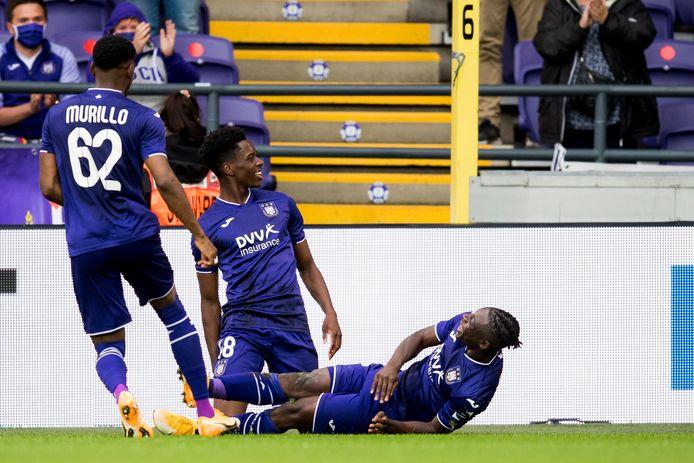 Sambi Lokonga bouwt een feestje met Doku na zijn opener tegen Eupen. Maar Anderlecht zou niet winnen.