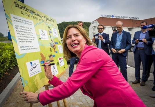 Minister Cora van Nieuwenhuizen (Infrastructuur en Waterstaat) gaf maandagochtend het startschot voor de aanpak van de A58 Breda en Tilburg en de A2 tussen knooppunt Deil en Vught.