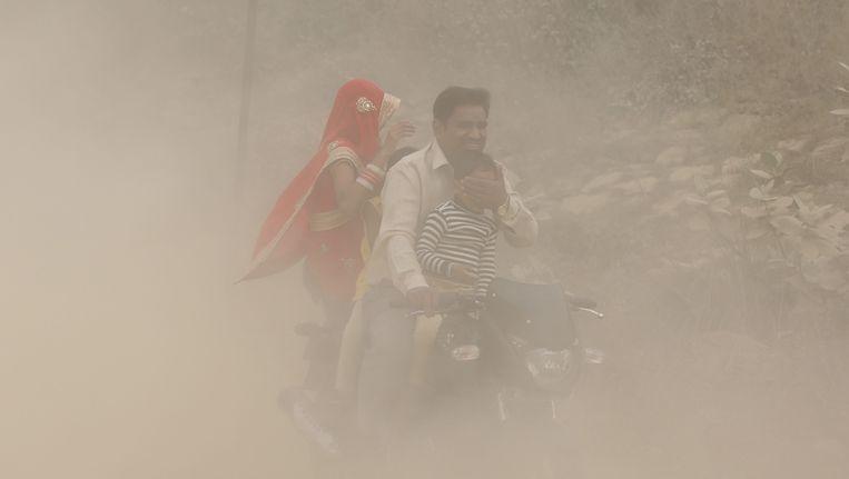Mensen zijn in het verkeer nauwelijks zichtbaar vanwege de smog. Beeld epa