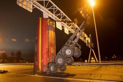 vrachtwagen-ramt-met-laadbak-matrixborden-op-a28-bij-zwolle-snelweg-urenlang-dicht