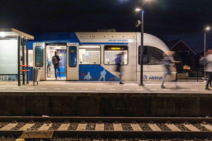 Bewoners van het asielzoekerscentrum in Ter Apel nemen vaak de Vechtdallijn en zorgen voor overlast. Het OM eist tegen een voormalige bewoner twee maanden cel voor de aanranding van een vrouw in de trein.