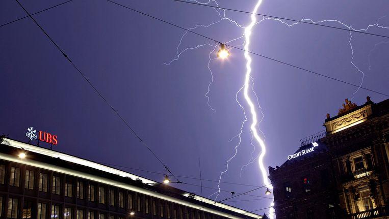 De bliksem slaat in boven de Zwiterse banken UBS en Crédit Suisse.
