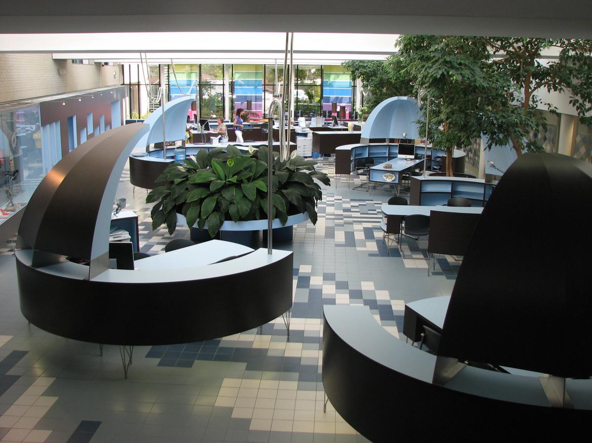 De voormalige woonwinkel van Woonbedrijf aan de Europalaan. In de grote ruimte zijn nu verschillende maisonnettes, studio's en appartementen gebouwd. De vloer is een kunstwerk van Peter Struijk.