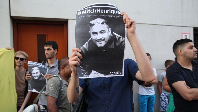 Een poster met de foto van Mitch Henriquez bij een demonstratie afgelopen zomer in Den Haag. Beeld anp