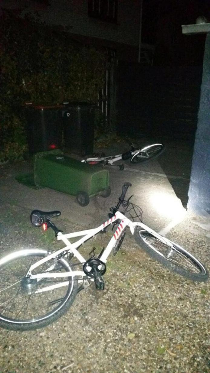 De politiefietsen met daarnaast de vuilcontainer.