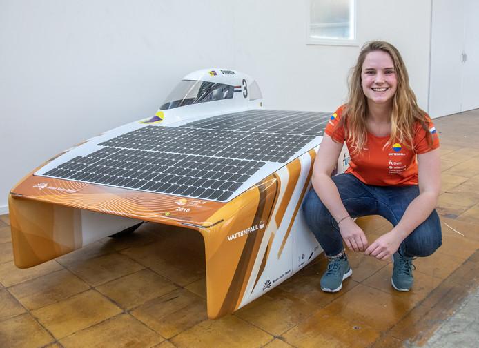 Maud Diepeveen bij de Nuna9, de zonnewagen die in 2017 de solar race in Australië won. In Zwolle begint nu de bouw van de opvolger NunaX, die in oktober van dit jaar aan de start verschijnt.