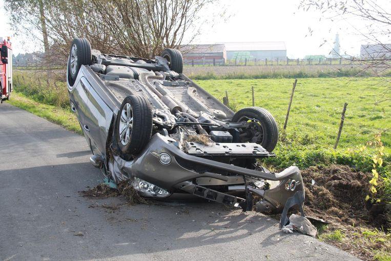 De auto belandde op zijn dak.