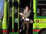 Mr Bean speelt overal golf, zelfs in de bus
