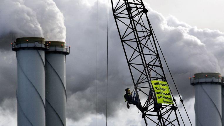Activist van Greenpeace bij de kolencentrale van E.on op de Maasvlakte in Rotterdam. Beeld null