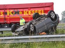 Auto belandt op kop op A58 bij Roosendaal, snelweg weer open