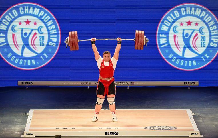 Tatjana Kasjirina tijdens de wereldkampioenschappen gewichtheffen in 2015, in het Amerikaanse Houston. Beeld EPA
