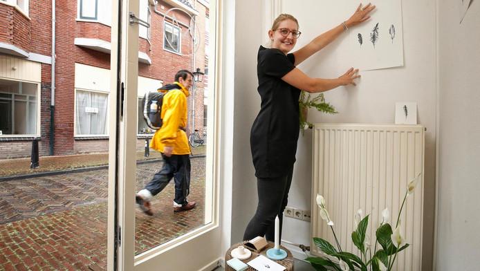 Waar prostituees achter de ramen vroeger hun klanten naar binnen lokten, richtte Inge Miedema nu de etalage van haar studio in.