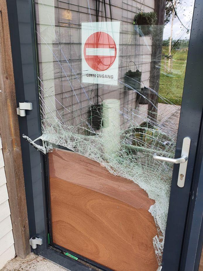 De vernielde deur van Bij Ons in de Wellerwaard