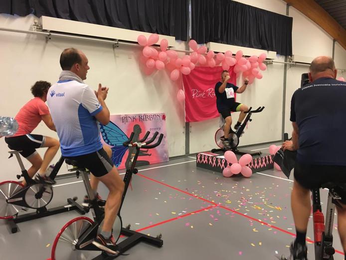 Burgemeester Snijders fietste ook mee.