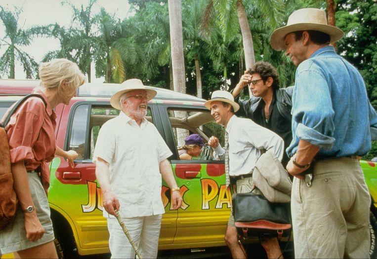 Attenborough (tweede van links) op de set van Jurassic Park. Beeld anp