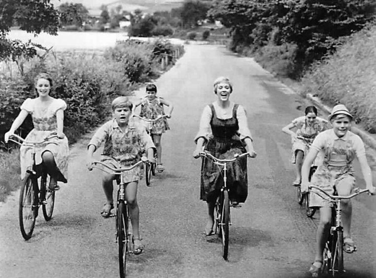 Julie Andres als Maria, met de Von Trapp-kinderen zingend op de fiets Beeld ANP