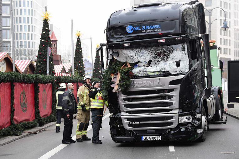 Brandweerlui inspecteren de vrachtwagen die werd gebruikt voor de aanslag op de kerstmarkt in Berlijn op 19 december 2016.
