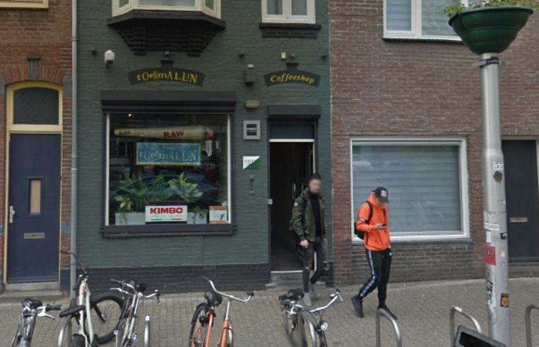 Jongeren verlaten een coffeeshop in een woonbuurt in Tilburg.