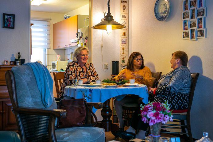 Jeanne-Marie Cantineau (l) en Sjan Kivits (r) van Alles voor Mekaar aan de koffie bij Katia van den Heuvel - De Oliviera.