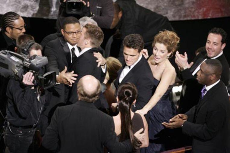De cast van 'Crash', met Matt Dillon en Sandra Bullock, viert zondagnacht in Hollywood het winnen van de Oscar voor beste speelfilm. (AFP) Beeld AFP