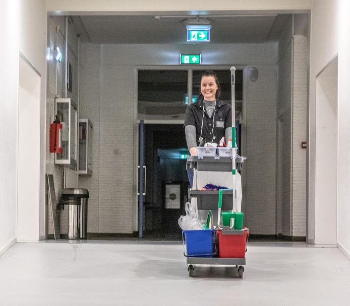 Het Zwolse schoonmaakbedrijf Novon gaat vanaf vandaag nieuwe schoonmakers aannemen via het baanbrekende concept van open hiring. Werkzoekenden hoeven niet te solliciteren om aan een baan te komen en naar hun arbeidsverleden en cv wordt niet gevraagd. Op de foto Natasja Hoes bezig met schoonmaak in het Carolus Clusius College.