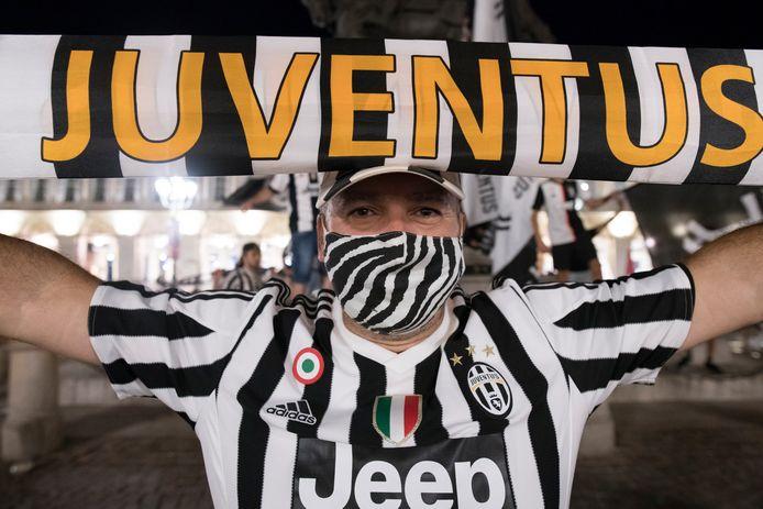 Een fan van Juventus viert feest in Turijn.