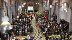 """""""Bert, we beloven dat we goed voor Tine en je kindje zullen zorgen"""": bomvolle kerk neemt afscheid van landbouwer (26) die stierf na val in put"""