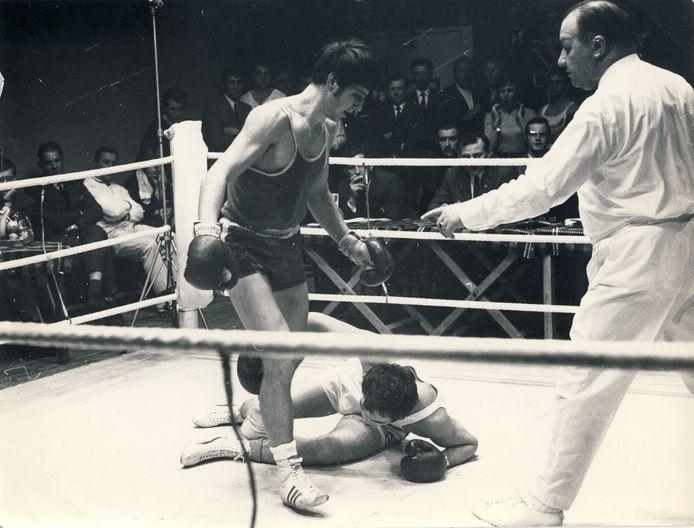 Halfzwaargewicht Harry Tabben uit Kwintsheul won vaak door een knock-out. Hier wint hij van de Duitse bokser Franz Odenthal