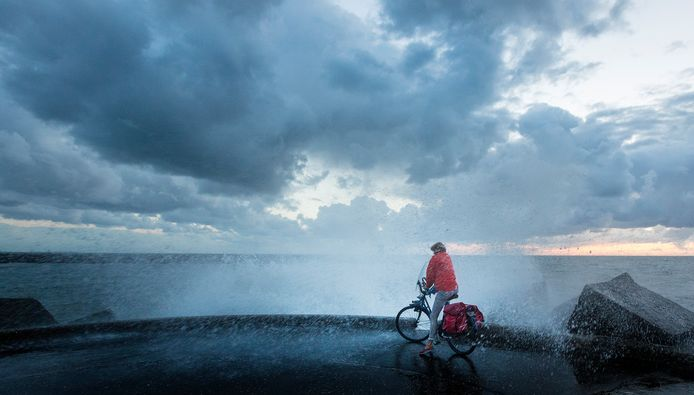 Een fietser in de regen op de Scheveningse boulevard.