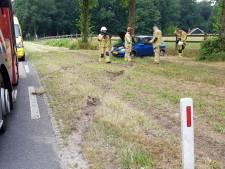 Auto slaat over de kop in Enschede, vrouw gewond