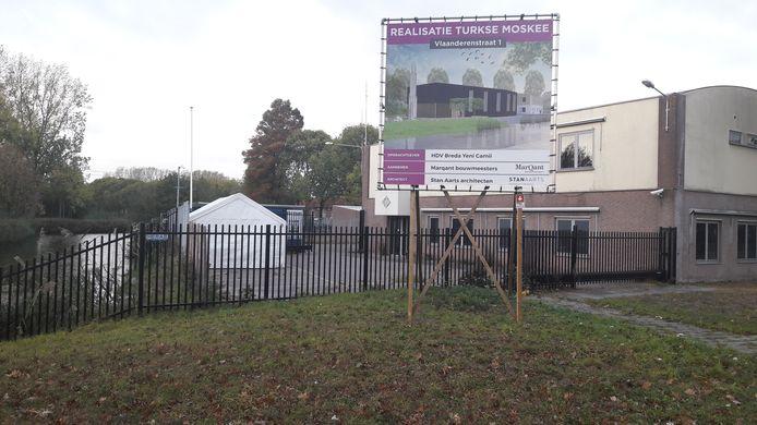 Het bouwbord voor de komst van de Turkse moskee aan de Vlaanderenstraat in wijk Wisselaar in Breda-Noord (Hoge Vucht) staat al een tijdje.