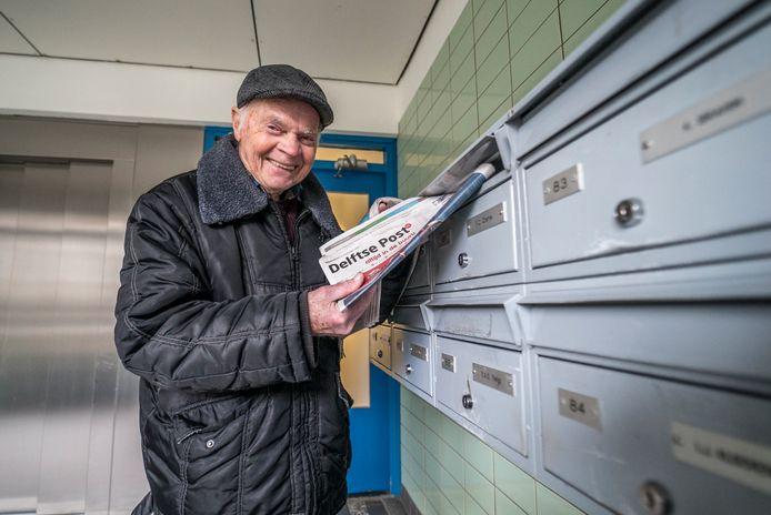 Krantenman Arie Schuller stopt met zijn krantenbezorgingen van de Delftse Post.