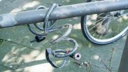 Politie deelt labels voor fietsen uit