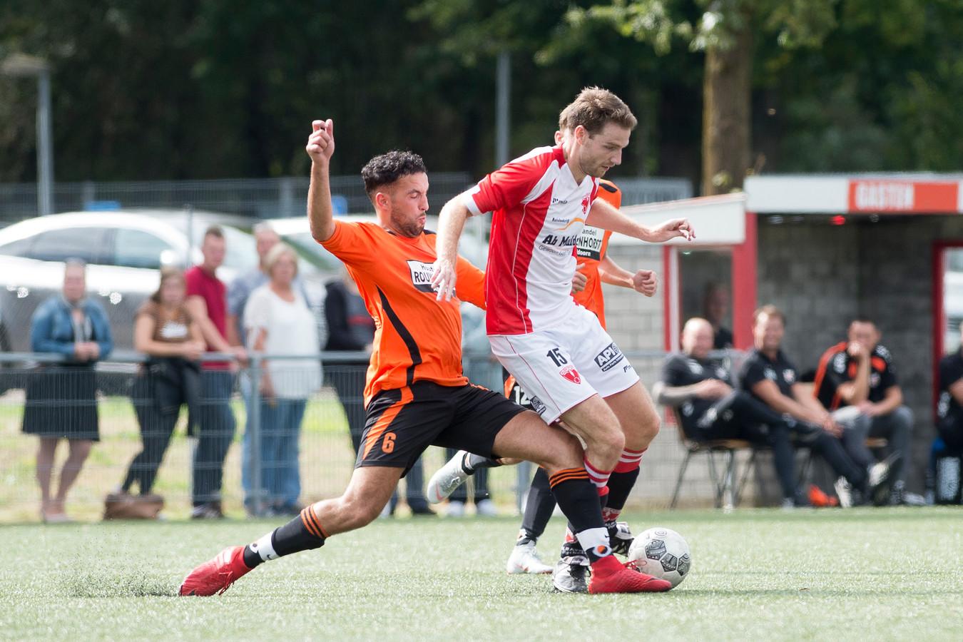Stijn Tijssen (rechts) en Redouan Toutouth in duel.