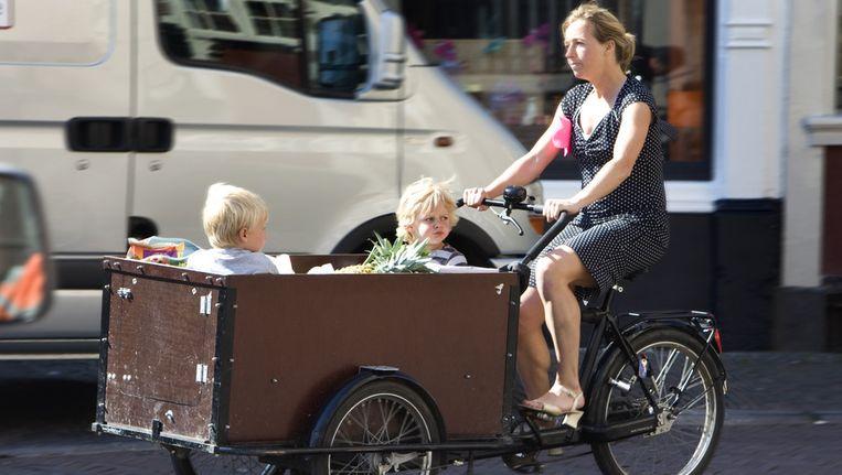Een moeder met een bakfiets en kinderen. © ANP Beeld