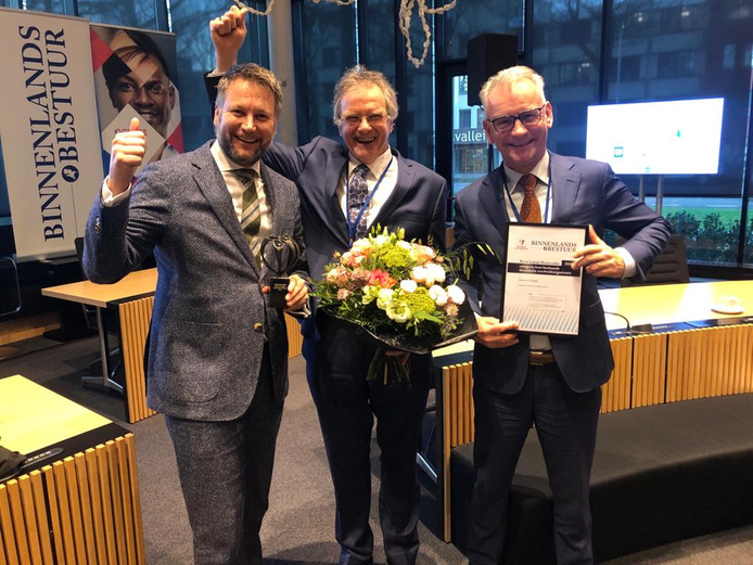 De gemeente Raalte mag zich Best Bestuurde Decentrale Overheidsorganisatie 2019 noemen. Van links naar rechts, burgemeester Martijn Dadema, wethouder Wout Wagenmans en wethouder Jacques van Loevezijn.