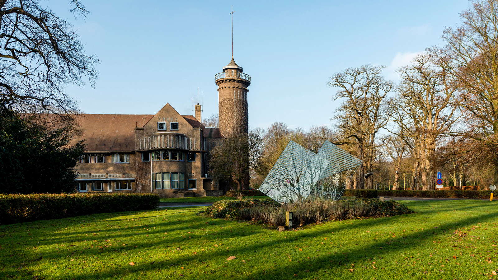 Het hoofdgebouw van GGZ WNB op het landgoed Vrederustterrein in Halsteren. Het aantal bedden in de psychiatrie werd de afgelopen jaren verminderd, steeds meer zorg vindt plaats bij de cliënten thuis.