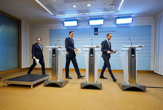 Ministers Wouter Koolmees (Sociale Zaken en Werkgelegenheid), Wopke Hoekstra (Financiën) en Eric Wiebes (Economische Zaken).