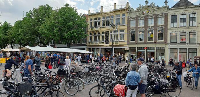 Vooral op de kop van de Brink, het punt waar de meeste mensen in de Deventer binnenstad komen, was het aan het begin van de middag druk bij de entree tot de markt.