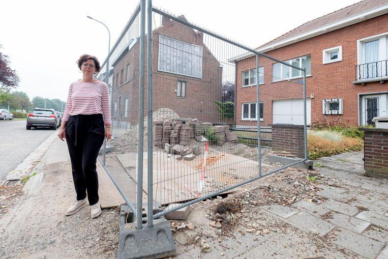 Hilde De Leersnijder bij de put voor haar deur op de Brusselsesteenweg.