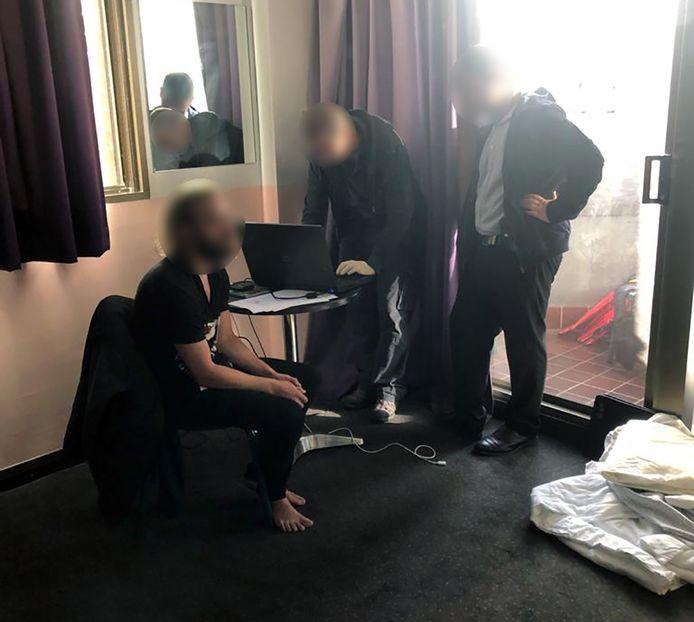 De Australische politie verspreidde deze foto van de arrestatie van de Belg.