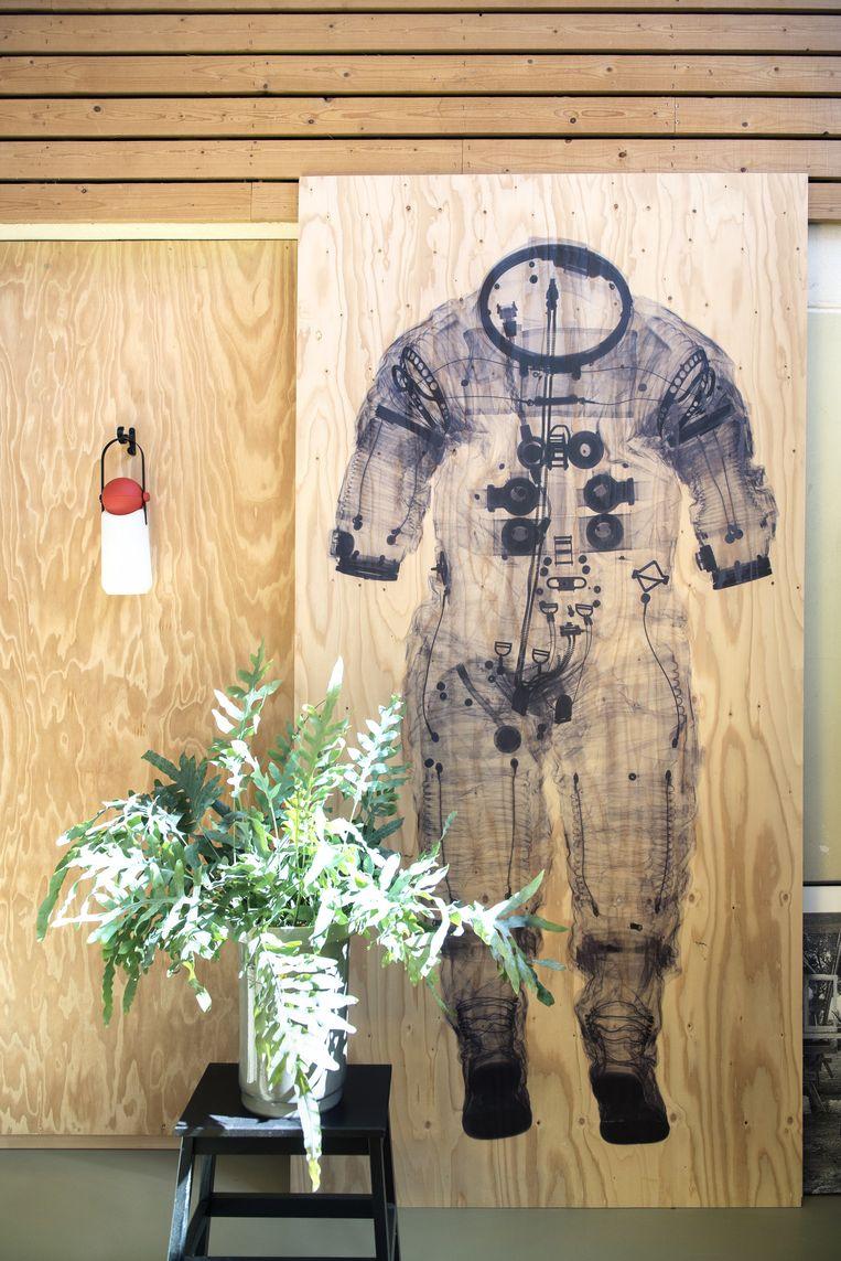 Kathlijn: 'Dit is een afdruk van een röntgenfoto van een astronautenpak, Floris heeft hem gemaakt. Die eerste maanreizen, het gevoel dat alles mogelijk is, dat spreekt ons aan.' Beeld Els Zweerink