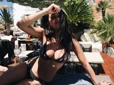 Anna gekiekt in minuscuul bikinitopje, feest in huize Bauer