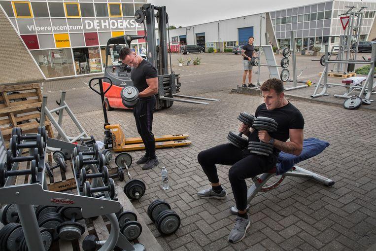 Bij sportschool HCC ( Hoeksch Conditie Centrum) in Oud-Beijerland  wordt er nu nog buiten getraind. De sportscholen mogen vanaf 1 juli weer binnen lesgeven.  Beeld Arie Kievit