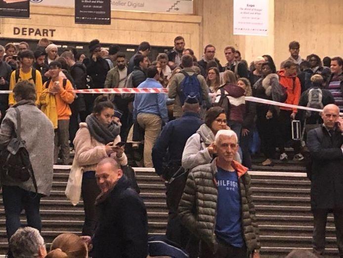 De nombreux voyageurs désespérés à la gare Centrale de Bruxelles.